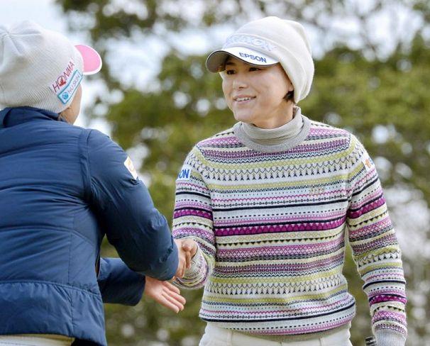 女子ゴルフ・プロギア、横峯2位タイ発進 首位佐伯に1打差