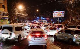雪の影響で渋滞するロシア極東ウラジオストクの道路=2017年11月(共同)