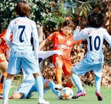 【愛媛FCL―京都SC】後半、相手選手とボールを奪い合う愛媛FCL・向谷(右から2人目)=県総合運動公園球技場