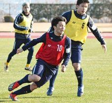 宮崎キャンプで練習に励むJ2福岡の桑原(手前)と北島(右)