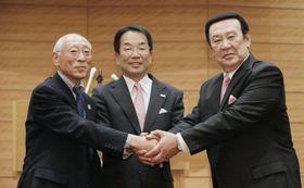 「新生テコンドーを応援する会」の設立総会で、握手する全日本協会の金原昇会長(右)と新会長就任が明らかとなった木村興治氏(左)=6日午後、東京・永田町
