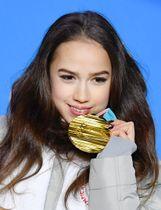 平昌冬季五輪のフィギュアスケート女子で獲得した金メダルを手にするOARのアリーナ・ザギトワ=23日、韓国・平昌(共同)