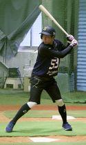 新人合同自主トレーニングで打ち込んだオリックスのドラフト5位の宜保=大阪市の球団施設
