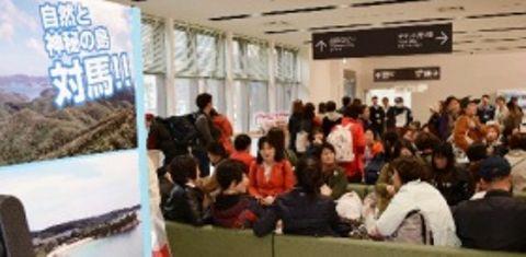 釜山行き高速船の出発時刻が近づくと、韓国人観光客でごった返す比田勝港国際ターミナル=4月上旬、長崎県対馬市上対馬町