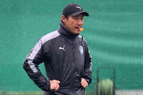 雨の中、トレーニングを見つめる片野坂監督(大分トリニータ提供)