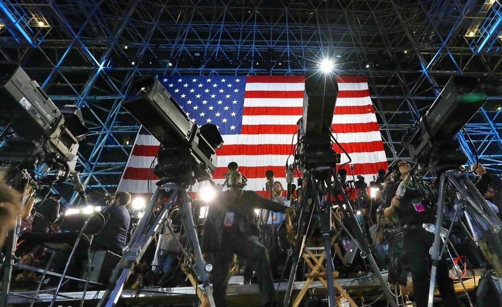 米大統領選の投開票日、クリントン陣営の集会を取材する報道陣。多くのメディアが投票日前まで同氏の優勢を報じていた=米ニューヨーク(撮影・喜多信司、共同)