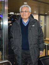 ジュネーブ空港に到着した北朝鮮の張雄IOC委員=18日(共同)