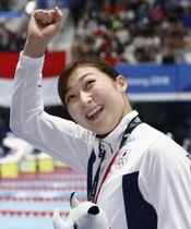 20日、女子50メートルバタフライで優勝し、ガッツポーズの池江璃花子=ジャカルタ(共同)