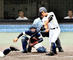 【済美―小松】2回裏済美2死一、三塁、山田が左越えに3点本塁打を放ち5―0とリードを広げる=坊っちゃんスタジアム
