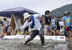 「第16回仁淀川国際水切り大会」のチャンピオンシップ部門で優勝した橋本桂佑さん=25日午後、高知県いの町