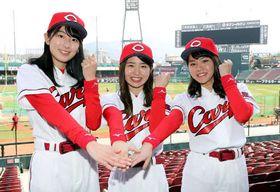 今季のホームランガールに決まった相原さん(左)、森光さん(中)、岩見さん(撮影・安部慶彦)