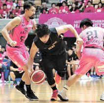 8日のプレシーズンマッチ秋田戦で、2人に囲まれながら突破を図る仙台・金城(中央)=秋田県立体育館