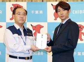 千葉県庁を訪れ、義援金の目録を渡す「嵐」の相葉雅紀さん(右)=24日午前