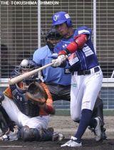 3回表、徳島の岸が左越えに本塁打を放ち先制する=新居浜市営球場