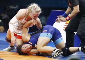 女子65キロ級準決勝でフィンランド選手(上)に敗れた源平彩南=ブダペスト(共同)