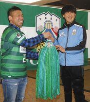 上田さん(左)から千羽鶴を受け取り、笑顔を見せる石川選手=岐阜市の長良川スポーツプラザで