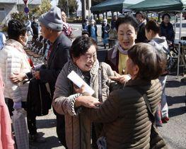福島県双葉町からの避難者が集うイベントで、再会を喜ぶ参加者=9日、埼玉県加須市