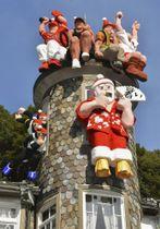 神戸・北野の異人館「うろこの家」に登場した、AI搭載ロボットに扮してアロハシャツに身を包んだサンタクロース人形など=21日午前