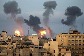 11日、イスラエル軍の空爆を受け、パレスチナ自治区ガザに立ち上る黒煙(ロイター=共同)