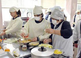 地元産の野菜を使った料理に挑戦する高鍋高の生徒ら