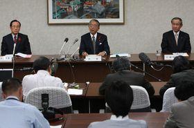 事業認定申請に踏み切ることを表明する金子知事(当時、中央)ら=2009年10月13日、旧県庁