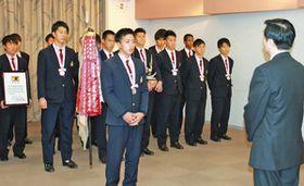 森田健作知事(右)に準優勝を報告する宮本優太主将(手前中央)=県庁で