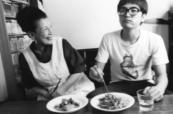 「元気つけてね」。野菜炒めをほおばる賀川雄二さん(右)と、ほほ笑む小高かほるさん