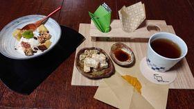 カレー粉などを付ける「つけおこし」セット(右)と「和風おこしパフェ」(左)