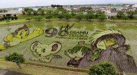 故手塚治虫さんの漫画のキャラクターがデザインされた「田んぼアート」=12日午前、青森県田舎館村
