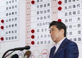 自民党本部の開票センターで、テレビ局のインタビューに答える安倍首相=21日午後10時47分、東京・永田町