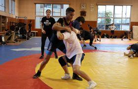 地元高校生と練習するスペインの選手たち=島原市城内2丁目、島原高レスリング場
