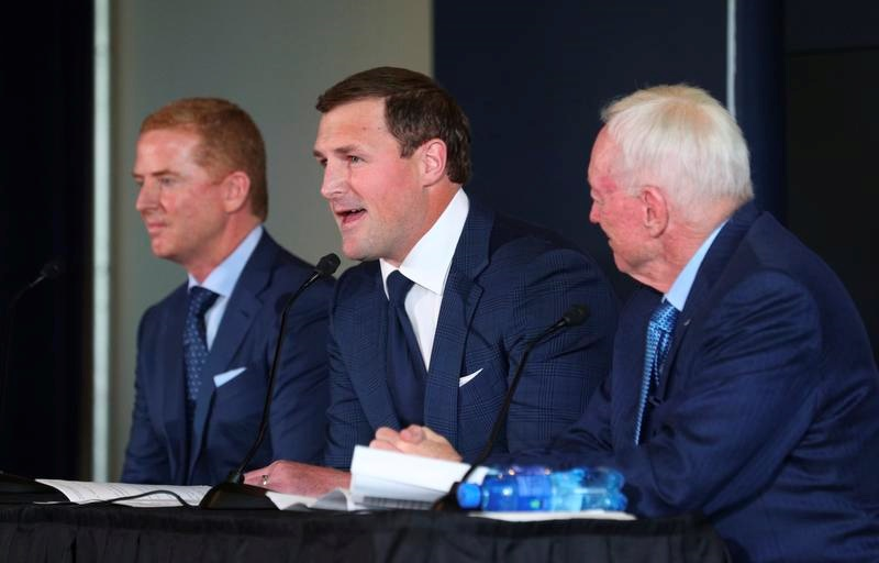 記者会見で引退を表明するカウボーイズのTEウィッテン。右はジョーンズ球団オーナー(AP=共同)