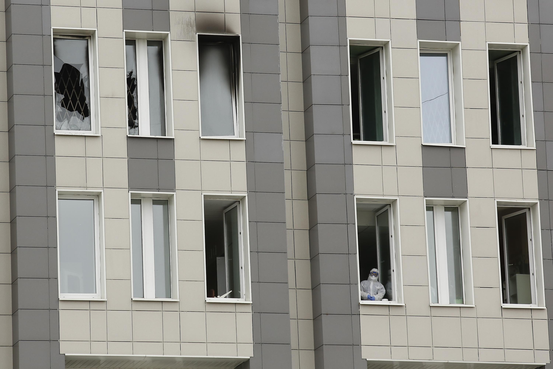 12日、ロシア・サンクトペテルブルクで火災が起きた病院(ゲッティ=共同)