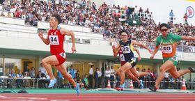 大勢の観客が見守った昨年の福井国体成年男子100メートル決勝。新しい形の競技会も同様の盛り上がりを目指す=福井市の県営陸上競技場で