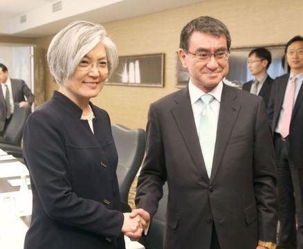 会談前に握手する河野外相と韓国の康京和外相=17日、ワシントン(共同)