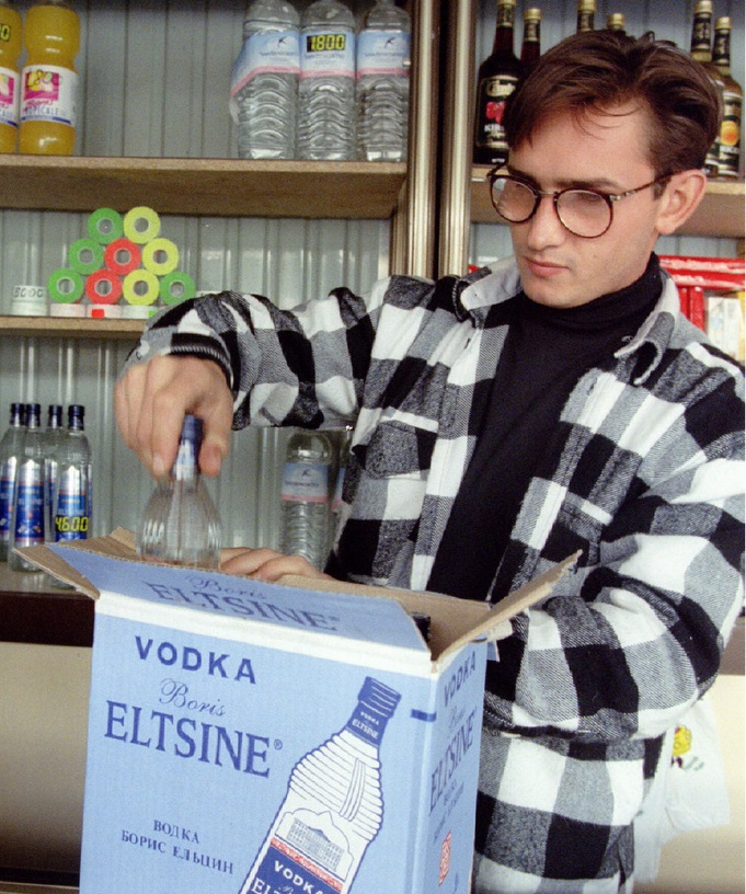 1994年8月、モスクワの酒屋でロシア大統領の名を冠したウオツカ「ボリス・エリツィン」を箱から取り出す店員(ロイター=共同)