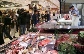 堺市にオープンする「無印良品」の大型店の鮮魚売り場=19日