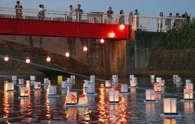 仙台市若林区の荒浜地区で、東日本大震災後初めて夜間に行われた灯籠流し。水面は温かな光に包まれた=18日夕