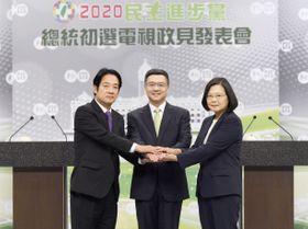 台湾の民主進歩党の政見発表会の開始前、握手する蔡英文総統(右)と頼清徳前行政院長。中央は卓栄泰・党主席=8日、台北市(民進党提供・共同)