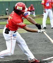 【福島―巨人】1回裏福島1死一塁、右前打を放つアヤーザ=しらさわグリーンパーク