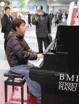 ストリートピアノを弾く佐々木さん=横浜市中区で