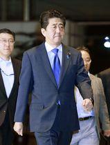 新潟県村上市で震度6強の地震が発生したことを受け、首相官邸に入る安倍首相=18日午後11時15分