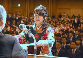 卒業証書を授与される学部卒業生代表=22日午前、宮崎市・シーガイアコンベンションセンター