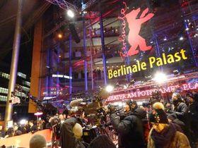 2月9日、第67回ベルリン国際映画祭のオープニングセレモニーが開かれたメイン会場前(共同)