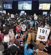 福岡市で開幕し大勢の参加者らが集まった、格闘が題材のコンピューターゲームで腕を競う「eスポーツ」の大会「EVO Japan 2019」=15日午後