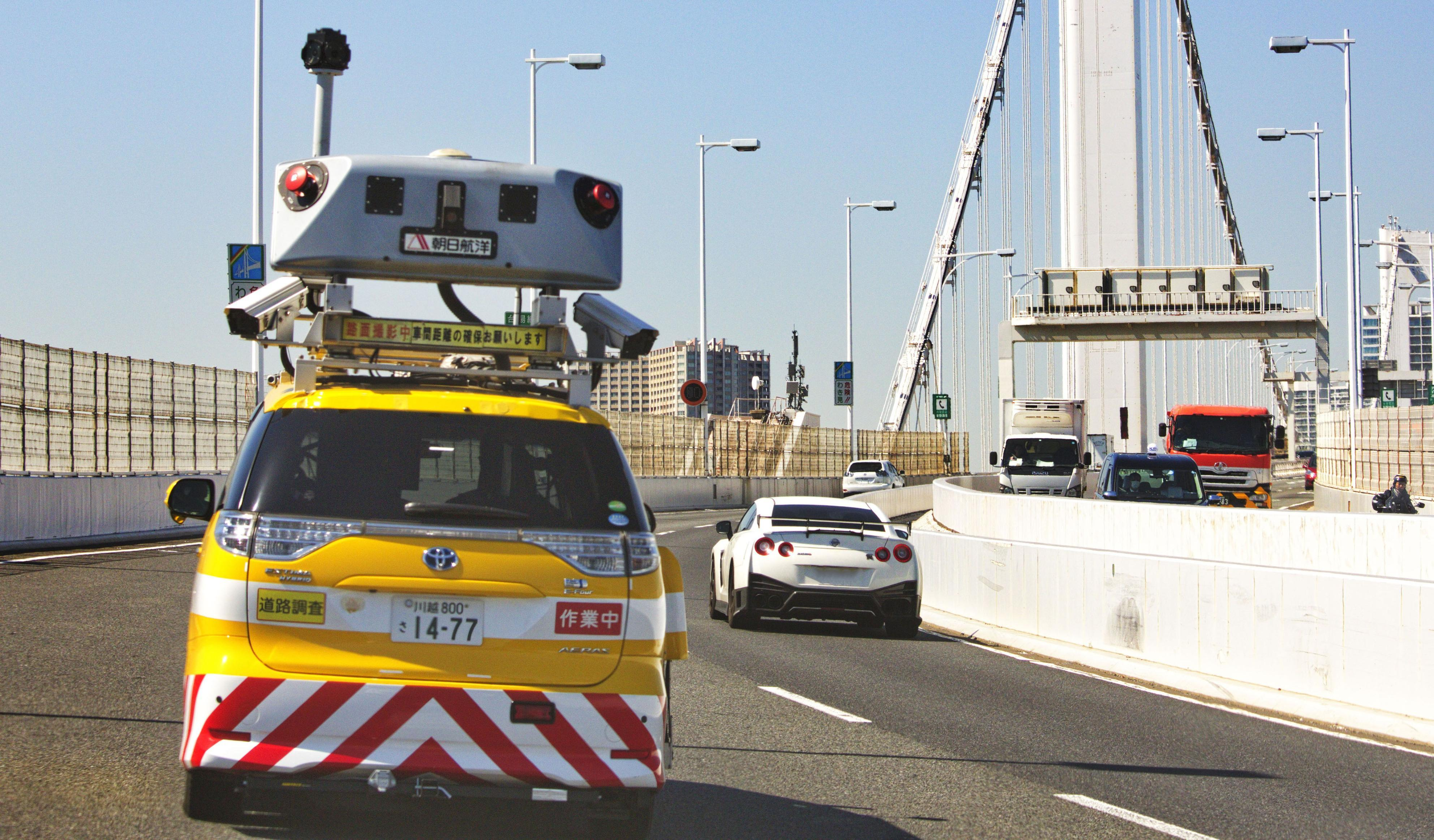 カメラやレーザースキャナーなどさまざまな機械が取り付けられたミニバンが首都高速を走る。データを集め道路の維持管理に活用する=東京都港区のレインボーブリッジ