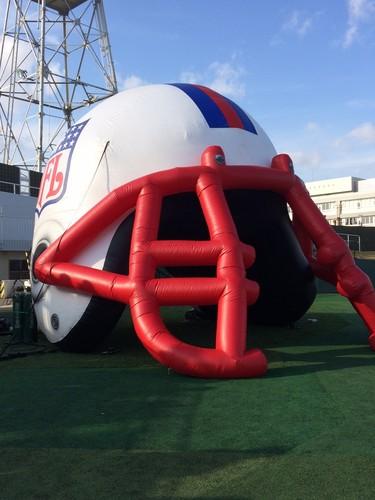 NFLのロゴが入った大会の入場ゲート=12月21日、川崎富士見球技場