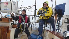米国のサンディエゴ沖をヨットで走り、訓練を重ねる全盲の岩本光弘さん(左)とペアを組む米国人男性=1月(KenshiFUKUHARA,OfficeF.K.提供)