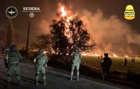 18日、メキシコ中部イダルゴ州で、パイプラインが爆発して発生した火災の現場(メキシコ国防省提供、ロイター=共同)