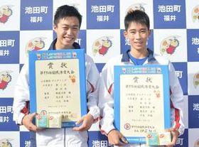 山岳少年男子ボルダリングで優勝した茂呂居(左、佐野高)と川又(瑞穂野中)